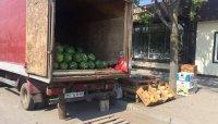 Парковка біля оновленого овочевого ринку на вулиці Шептицького у Тернополі перетворилася на місце для торгівлі кавунами та динями.